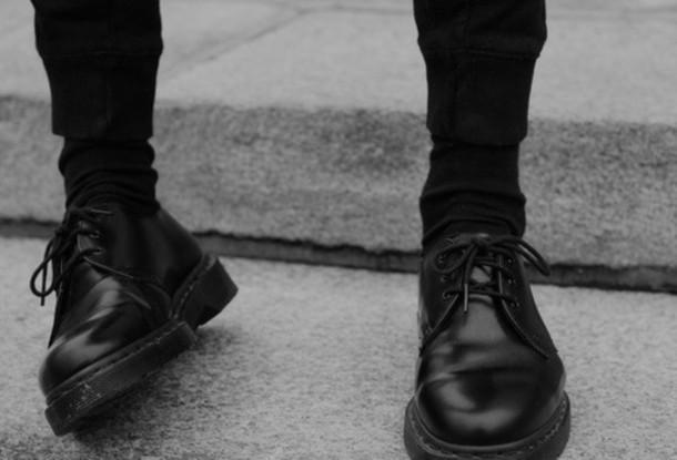 h7a46u-l-610x610-shoes-black+shoes-lace+shoes-tumblr-pants-trouser-trousers-leggings-menswear-mens+shoes-mens+pants-sweatpants-black-mens+accessories-sunglasses-dr+martens-tall-girl